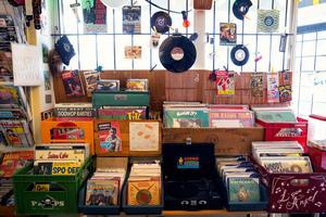 Skivor med rockabilly och andra gamla godingar lär man kunna hitta inne hos Silver Tornado Vintage.