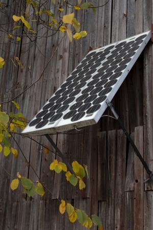Solcellen som pryder ladugårdsväggen, en 80-talist som fortfarande idag fungerar utan problem.