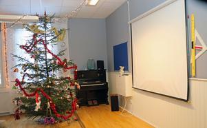 Orgel, julgran, bioduk och linjaler från skoltiden.