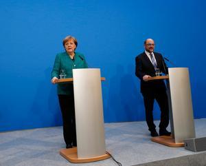 CDU-ledaren Angela Merkel och SPD:s partiledare Martin Schultz lyckades på onsdagen enas om ett regeringsprogram. Nu återstår att få partiernas medlemmar att godkänna uppgörelsen. Bild: Ferdinand Ostrop/AP Photo