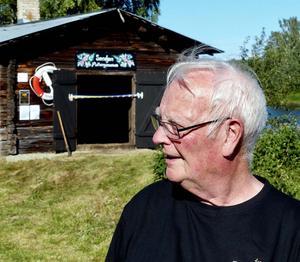 Per-Erik Persson gladdes åt att museet kunde invigas i smedjan intill Kyrkälvbron. Foto: Thomas Dolk