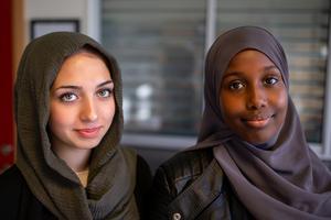 Lana Faraj och Sahra Ali, som går i 9A på Maserskolan, ser fram emot att ta bilder och vara med på utställning i höst. Foto: Bengt Pettersson