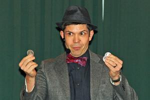 Jonas Århammar från Örebro trollade med mynt.