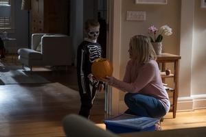 Lille Miles (Jackson Robert Scott) är inte som alla andra, vilket börjar oroa hans mamma Sarah (Taylor Schilling). Pressbild. Foto: Noble entertainment