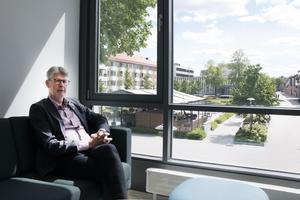 Från Sandvikens kommunhus kan man ha en överblick över delar av centrala Sandviken, och den nya kommundirektören Pär Jerfström är nöjd med lokalerna.