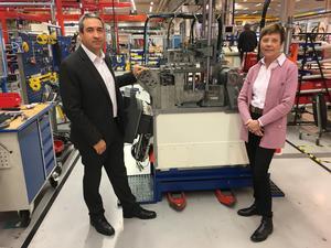 En specialisering av verksamheterna i Sverige har hjälpt till att lyfta Emhart, vars Sundsvallsdel numera nästan uteslutande monterar färdigt de olika glastillverkningsmaskinerna. Juan Montes, vd, och Elisabeth Nordberg, personalchef ses här på fabriksgolvet.