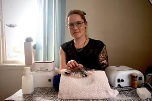 """Camilla Ring har ett rum där hon fixar naglar. """"Jag har stor nytta av att jag är utbildad inom teknik när jag bygger upp naglar på folk"""", säger hon."""