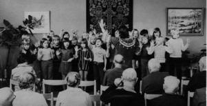 I oktober 1974 sjöng en grupp skolbarn från årskurs tre i Bräcke centralskola för pensionärerna och personalen på Gimsätra. Lärare och dirigent var Birgitta Pettersson.