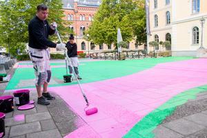 Bjarne Hilmarth och Catrin Gyllander rollar på de rosa och gröna färgfälten.