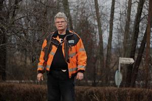 Lars Eklund har egna stolpskor och har erbjudit att själv klättra upp och laga lampor. Men det får han inte utan tillstånd, berättar han.