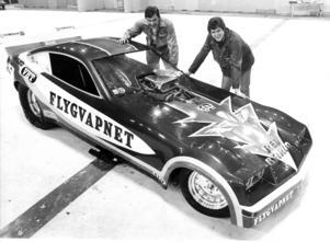 1979 ställdes Europas snabbaste bil ut på bil- och mc-mässan. Med 2000 hästkrafter och en toppfart på 380 kilometer i timmen tog det 6,7 sekunder att köra den traditionella dragstersträckan på 402,33 meter. Mässarrangörerna  Agne Ottosson och Sören Blomberg kollade in vrålåket.