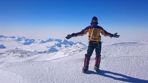 Joel Johansson på toppen av 4892 meter höga Vinson Massif. Foto: Wes Buntch