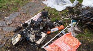 Bror har försökt plocka ut det han kan rädda från husbilen och ersättningsanspråk från försäkringsbolaget. Här syns också hur smält och bränt allt blev.