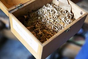 Förr användes ofta träpligg för att fästa sulan men de lite mer välbärgade köpte skor där sulan var fastsydd.