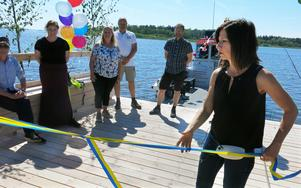Carin Lidman inviger spången som är en del av ett nytt promenadstråk vid Stadsträdgården.