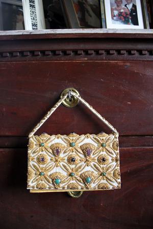 Väskan är en present till Lea från Jan. Den har tillhört flygarässet Gösta von Rosen. Han köpte den som en present till sin dåvarande fästmö.