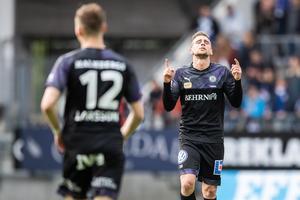 Filip Rogic ser ut att tacka högre makter efter 1–0-målet mot IFK Göteborg. Jake Larsson (12) är på väg att gratulera målskytten. Foto: Michael Erichsen/Bildbyrån