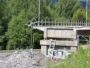 Kvar att riva är ett par 20 meter på vardera sida om järnvägsspåret som löper under bron.