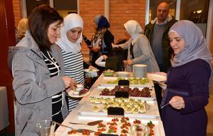 På examensdagen firades det med snittar och bubbel, från vänster Mayson Mahamed, Houda Mansour och Senna Abdulhadi.