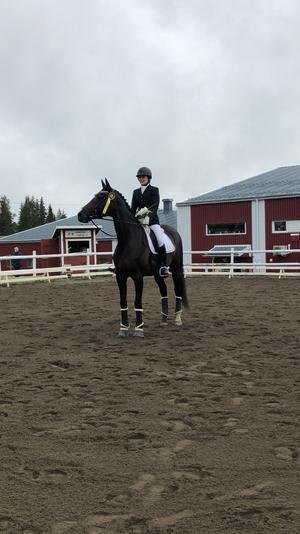 Felicia Dahlborg från Åsbygdens Ryttarförening på helgens yngsta häst, Aprilia HL, vann sista klassen LC2.