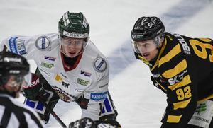 Bröderna Olofsson vid en tekning i februari 2018. Victor i Frölundas dress och Jesper i Skellefteås.