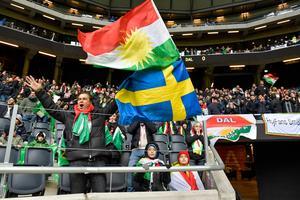 Dalkurd bestraffas för politiska flaggor på läktaren, men inte för dessa; den kurdiska och den svenska.