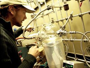 Robin Ramstad förbereder ett experiment på NASA Ames Research Center för att simulera Mars polarregioner.Foto: Privat