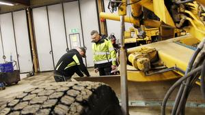Robin Jonsson, maskinförare, mekar med den gamla väghyveln som ständigt är trasig, Thure Järlehag assisterar.