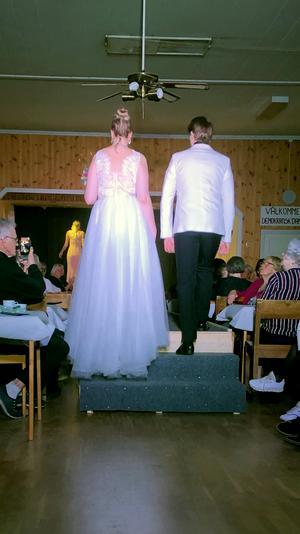 Hanna Mårsner och Johan Wreede visade vackra  kläder för brud och brudgum.