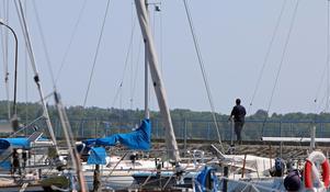 En polisman tar sig längst ut på piren där utanför dykningarna genomfördes.