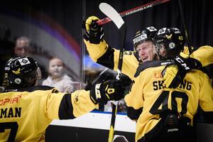 Anthon Eriksson firar sitt 5-3-mål med framspelarna Isac Skedung och William Wikman. Foto: Erik Simander / TT