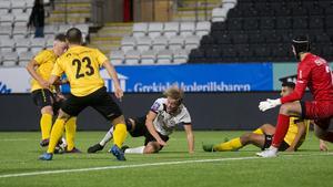 Lucas Parkedal Stenfelt höll bollen på egen hand inne i straffområdet innan han fälldes och fick straff. En straff som Isac Eklöf slog in.