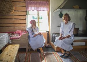 Kristina (till höger) har tillsammans med sin mor drivit sommarkafé i flera år på Sörbodarna. Och även andra har drivit kaféet. I år är det första gången för Elin, som dock har sprungit omkring på fäbodvallen som barn i många år. – Nu ska det bli kul att få prova på det här tillsammans med mamma, säger hon.