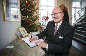 Pensionären Sven Adolfsson signerade sitt namn i gästboken. Sven har tjänstgjort som chaufför åt fyra olika landshövdingar.