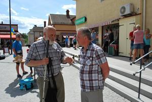 En del i att anpassa Norsgatan och Z-Torget är de transpondrar som lagts ner i gatan och hjälper synskadade att hitta bättre med hjälp av en speciell käpp. Uppfinnare är Lars Larsson här i samspråk med samhällsbyggnadschef Åke Sjöberg.....