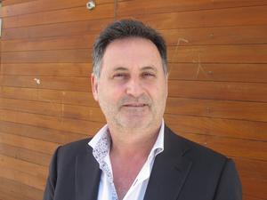 Aydin Melkemichel, 54, företagare, Ronna:– Datorn faktiskt. Datorn och mobilen. Man har ju allt i dem, alla kontakter och så vidare.