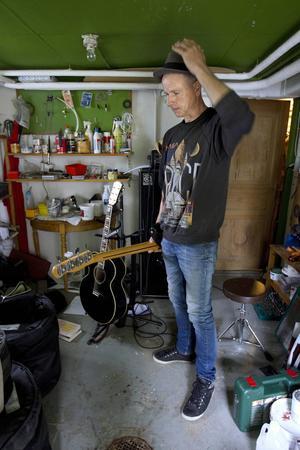 I husets förråd samsas verktyg och instrument. Per Persson berättar att han står här hela dagarna och