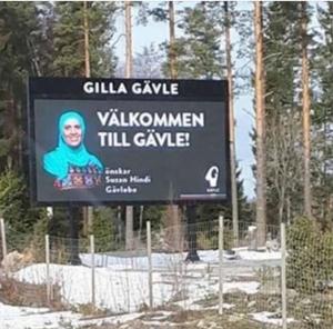 Infartsskylten från E 4 södra infart till Gävle förstördes av någon eller några personer under helgen. På skylten var en bild publicerad av en av Gävles 100 ambassadörer iklädd hijab. Reaktionerna på publiceringen har haglat in till Gävle kommun. Bild: Privat