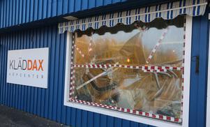 Kläder för minst 70 000 kronor stals vid ett inbrott på Kläddax under natten mot måndagen.