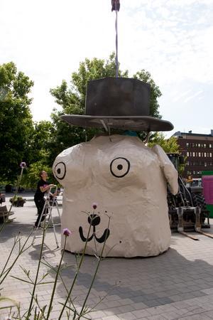 Konstnären Helgi Thorsson har testat nya material speciellt för Open Art, så att hans Dog & Lady Kiosk ska tåla att stå utomhus. Här lyfts hatten på plats under överinseende av utställningstekniker Simon Sjöström.