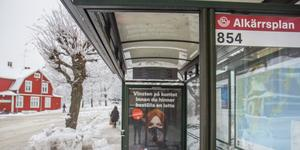 Vi exponeras ständigt av reklamen för nätcasinoföretag. På busshållplatser, webbsidor och på tv. Här vid busshållplatsen intill ungdomskulturhuset Villan vid Alkärrsplan i Nynäshamn.