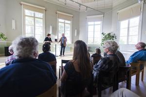 Gunilla Kindstrand deltog vid boksläppet i Delsbo. På scenen förde hon tillsammans med Stefan de Vylder ett samtal om bokens innehåll.