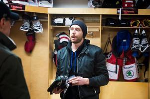 Michael Parks packar upp sina saker på platsen i Timrå IK:s omklädningsrum.
