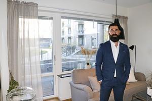 Mäklare Gabriel Damar på Bjurfors mäklarfirma i den tvåa med uteplats som är till salu.