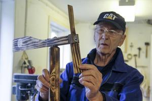 Björn Lindberg har gjort en vindsnurra åt en kompis som fyllt år.