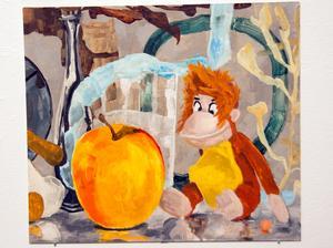 Färgerna har en spciell laddning i Åsa Larssons bilder. Här samspelar äpplet och apans mage mot det blå i bakgrunden.