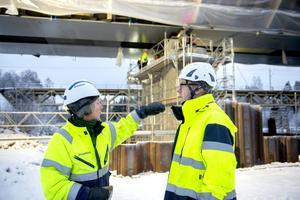 Kristina Sellgren är arbetsledare och säkerhetsansvarig på brobygget, här diskuterar hon med projektchefen Andreas Omberg.