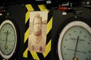 Kung Carl-Gustaf i dykardräkt får också vara med i kontrollrummet.
