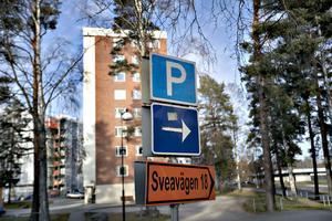 Det kan tolkas som att man kan parkera i området då denna skylt sitter vid infarten från Sveavägen.