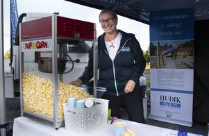 Nika Magnell från Hudikgymnasiet stod och bjöd på popcorn.